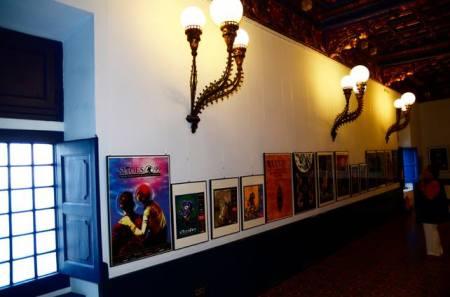 Els cartells dels 45 anys del Festival Internacional de Cinema Fantàstic exposats al Saló Blau del Palau de Maricel, Sitges