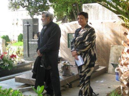 Al Cementiri vell de Sitges, amb Julián Grau Santos, davant de la tomba del pintor Emili Grau Sala, que  ara ja acull les cendres d'Angeles Santos. Fot. J. M. Soler-Jové (octubre 2013)