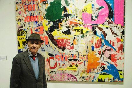 """Jacques Villeglé a l'exposició """"Els murs tenen la paraula"""". Sitges, Fundació Stämpfli, 9 de novembre de 2013"""