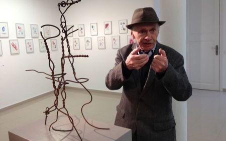 Jacques Villeglé davant d'una escultura feta els anys quaranta amb una filferrada bèl ·lica procedent d'una platja de la seva Bretanya natal. Fundació Stämpfli, 9 de novembre de 2013.