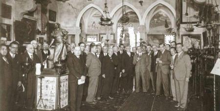 Visita d'un grup de periodistes i d'intel·lectuals al Museu del Cau Ferrat (1933). El primer a la dreta és Joaquim Folch i Torres i, enmig del grup, Pompeu Fabra.