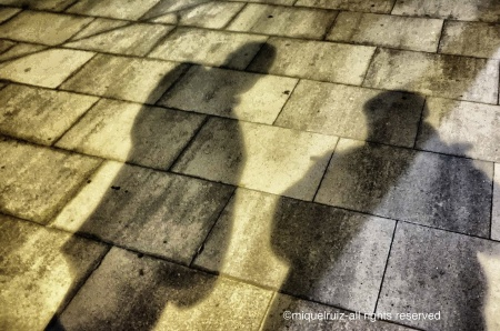 Ombres sobre paviment (Miquel Ruiz i Avilés, Quim Nadal). Fot. Miquel Ruiz Avilés (2013)