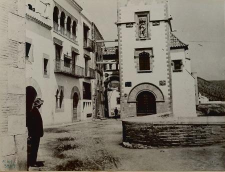 Miquel Utrillo davant de Maricel, contemplant la façana de Sant Miquel construïda el 1914 (1915). Arxiu Miquel Utrillo, Biblioteca Santiago Rusiñol